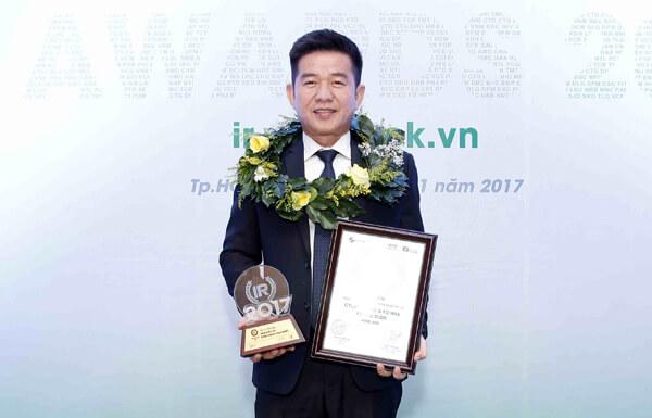 Ông Trương Minh Duy - Phó Tổng giám đốc Tập đoàn Khang Điền nhận giải thưởng doanh nghiệp niêm yết có hoạt động IR tốt nhất 2017