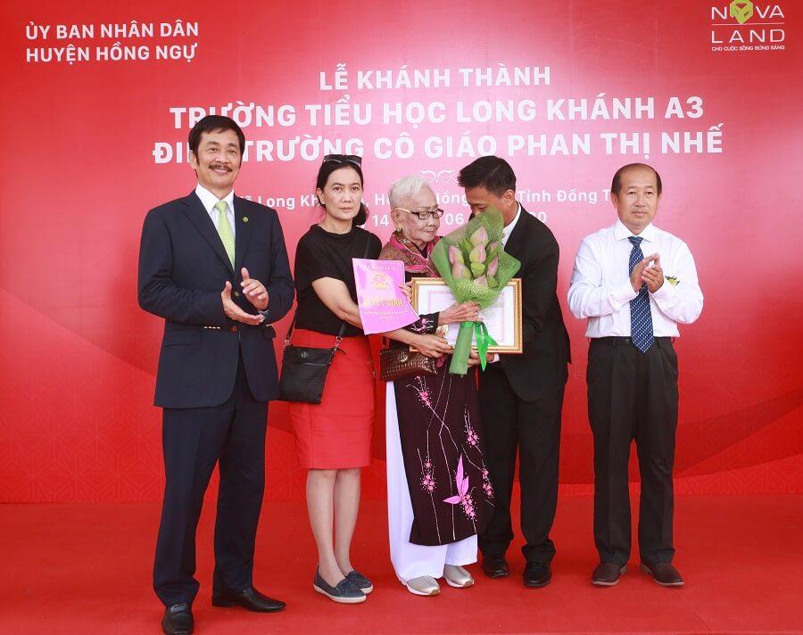 Cô giáo Phan Thị Nhế (mẹ chủ tịch Bùi Thành Nhơn) tại Lễ khánh thành Trường Tiểu học Long Khánh A3