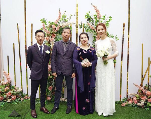 Lại Thế Hà đứng cạnh Cường đô la trong ảnh chụp đám cưới Cường đô la - Đàm Thu Trang