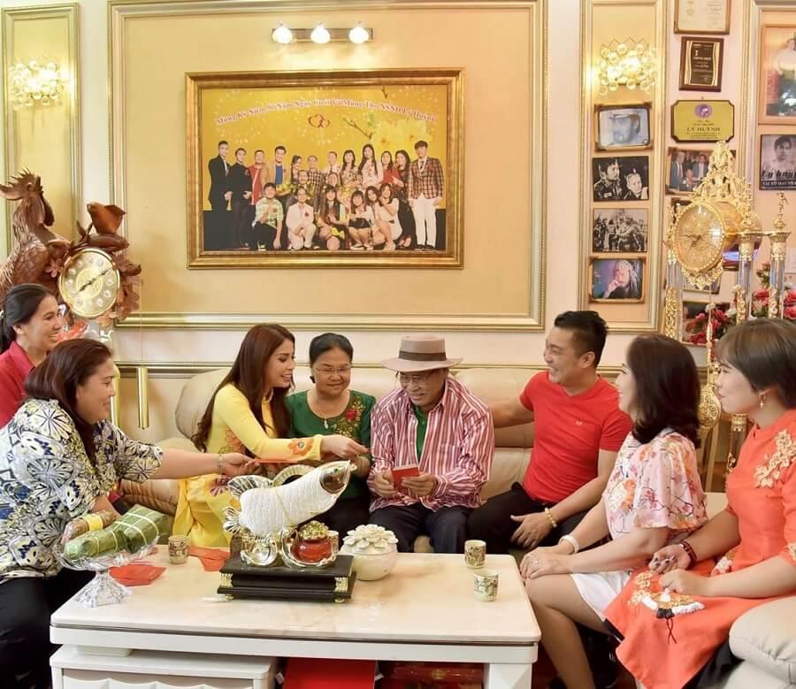 NSND Lý Huỳnh (Lý Kim Tuyền) cùng vợ và hai con là ca sĩ Lý Hương và ca sĩ Lý Hùng