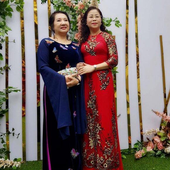 Mẹ Nguyễn Quốc Cường và mẹ Đàm Thu Trang trong lễ ăn hỏi của hai con