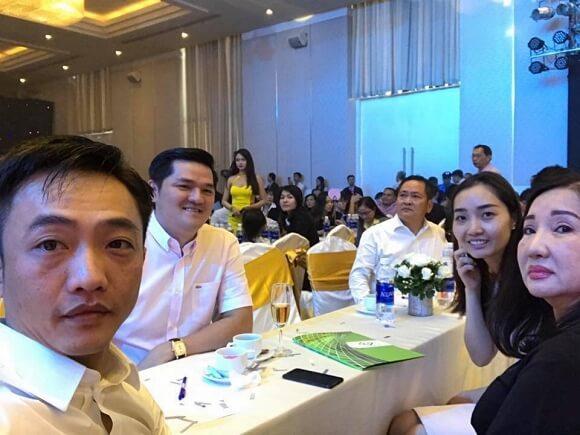 Bà Nguyễn Thị Như Loan cạnh con gái trong một sự kiện