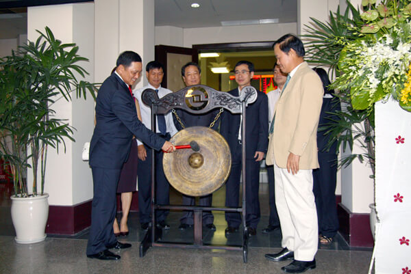 Chủ tịch Nguyễn Văn Đạt đánh chiên tại Sở giao dịch chứng khoán Tp Hồ Chí Minh