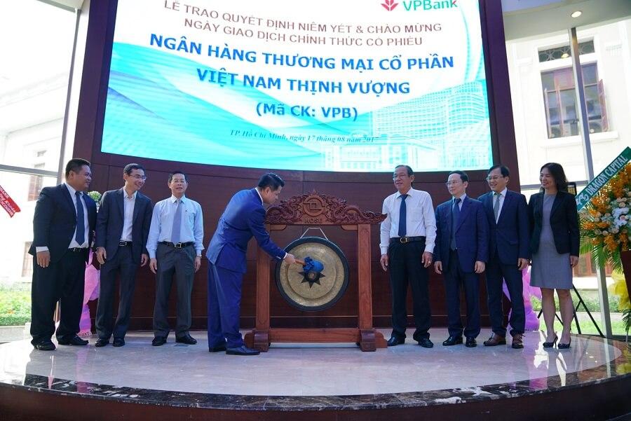Chủ tịch Ngô Chí Dũng đánh chiêng niêm yết tại Sở giao dịch chứng khoán Tp Hồ Chí Minh