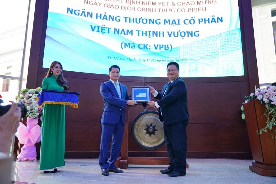 Phó TGĐ Phụ trách Ban Điều hành HOSE -Nguyễn Vũ Quang Trung trao kỷ niệm chương niêm yết cho ông Ngô Chí Dũng – Chủ tịch HĐQT VPBank
