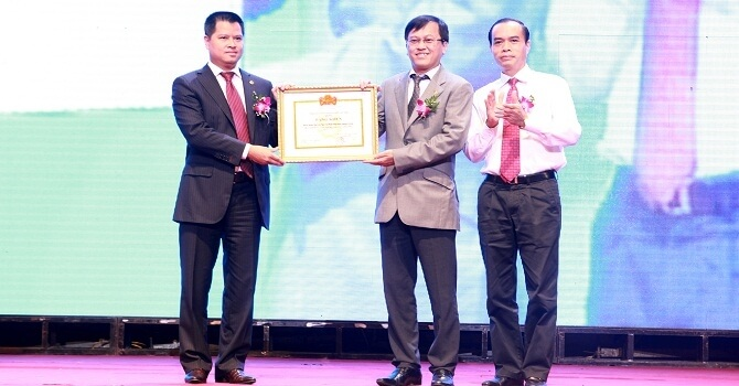 Chủ tịch Ngô Chí Dũng và Tổng Giám đốc Nguyễn Đức Vinh trong một lần nhận Bằng khen của Thống đốc Ngân hàng Nhà nước.