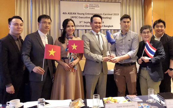 Chủ tịch Hội Doanh nhân trẻ Việt Nam Đặng Hồng Anh (giữa) nhận chuyển giao vai trò Chủ tịch Hội Doanh nhân trẻ ASEAN 2020 tại Bangkok (Thái Lan)