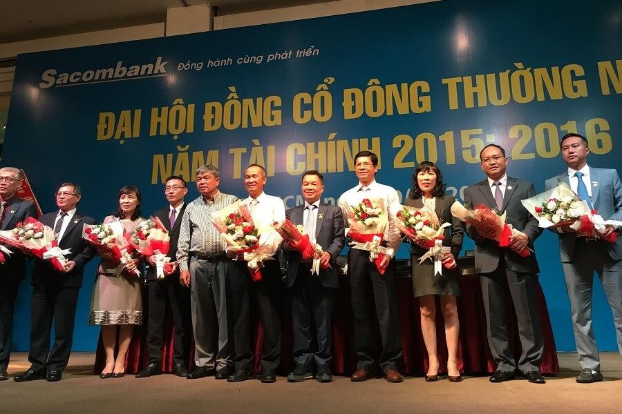 Chủ soái Him Lam Dương Công Minh nhận hoa chúc mừng khi đắc cử Chủ tịch Sacombank