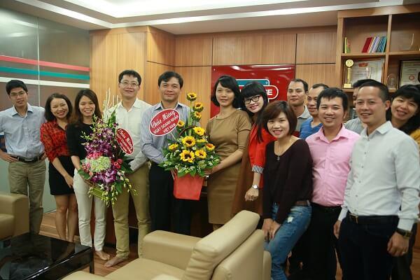 Chủ tịch Sunhouse Nguyễn Xuân Phú cùng tập thể cán bộ công nhân viên